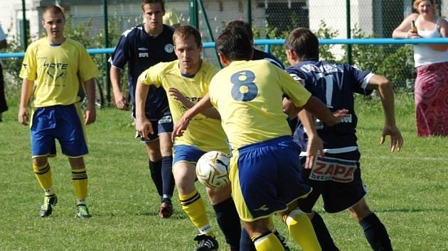 V souboji týmů z opačných pólů tabulky mezi Mařaticemi a Vlčnovem se z nečekaného vítězství radovali domácí fotbalisté (ve žlutém).