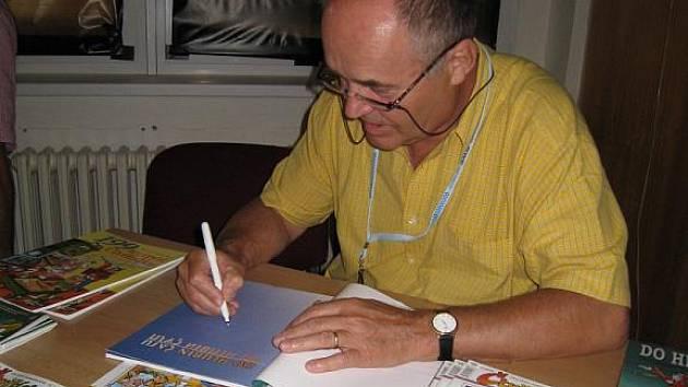 Jaroslav Němeček nešetřil autogramy.