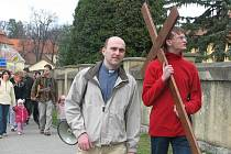 Symbol Kristova umučení nesli na cestě Velehradem studenti Stojanova gymnázia i další občané. Zleva na snímku je jeden z hlavních organizátorů akce P. Michal Šálek.