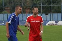 Útočník Ondřej Zýbal (v červeném dresu) po více než osmi letech odchází z Osvětiman.