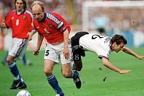 Kapitán fotbalových vicemistrů Evropy 1996 Miroslav Kadlec dokázal z pozice stopera podpořit útok. Ve finále to poznal i německý Mehmet Scholl, který vzájemný souboj neustál a tvrdě dopadl na zem. Nakonec se ale mohl radovat.