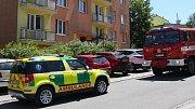Hasiči zasahují u požáru v bytovém domě ve Starém Městě