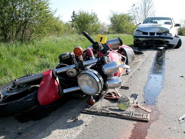 Motorkář se dostal do protisměru, kdo ho srazilo auto.