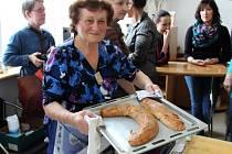 Ve Slováckém muzeu se učili ženy i muži dělat tažený štrúdl s jablky, nudle do polévky i na sladko.