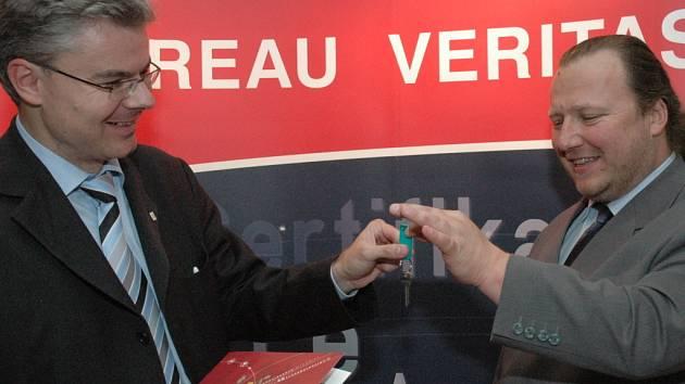 Nový výkonný ředitel LEX consulting Radovan Dlouhý (na snímku vpravo) svému nástupci Marcelu Skálovi předal i symbolické klíče