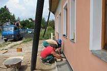 Dělníci už na nově rodícím se objektu dodělávají venkovní práce.