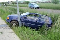 V části obce Uherské Hradiště – Vésky skončilo havarované vozidlo v příkopu mezi komunikací a cyklostezkou.