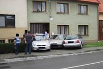 Řidič se trefil do tří aut zaparkovaných u domu a poškodil plynovou přípojku