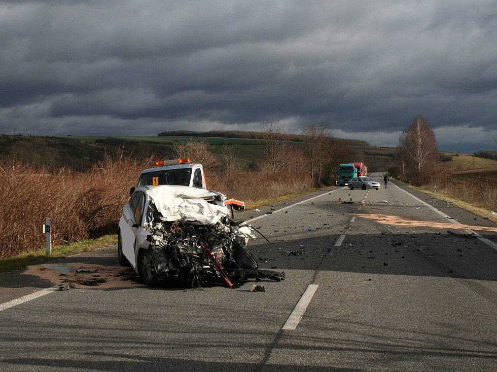 Hlavní silniční tah I/50 u Drslavic zablokovala v pondělí 10. prosince dopoledne krátce před 11. hodinou  tragická dopravní nehoda, při níž vyhasl život mladého řidiče. Ten za volantem osobního automobilu jel od Uherského Hradiště směrem na Uherský Brod.