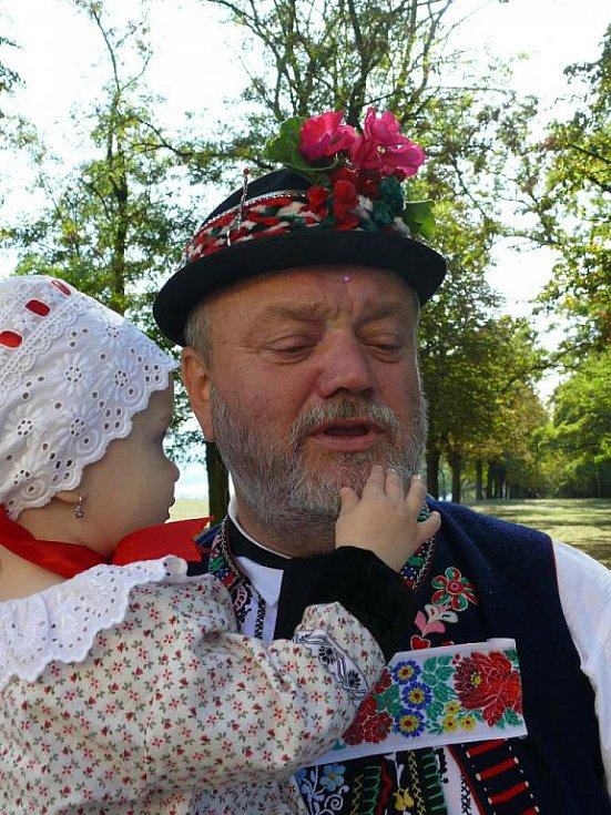 Kyjovsko. Jura Petrů s vnučkou.