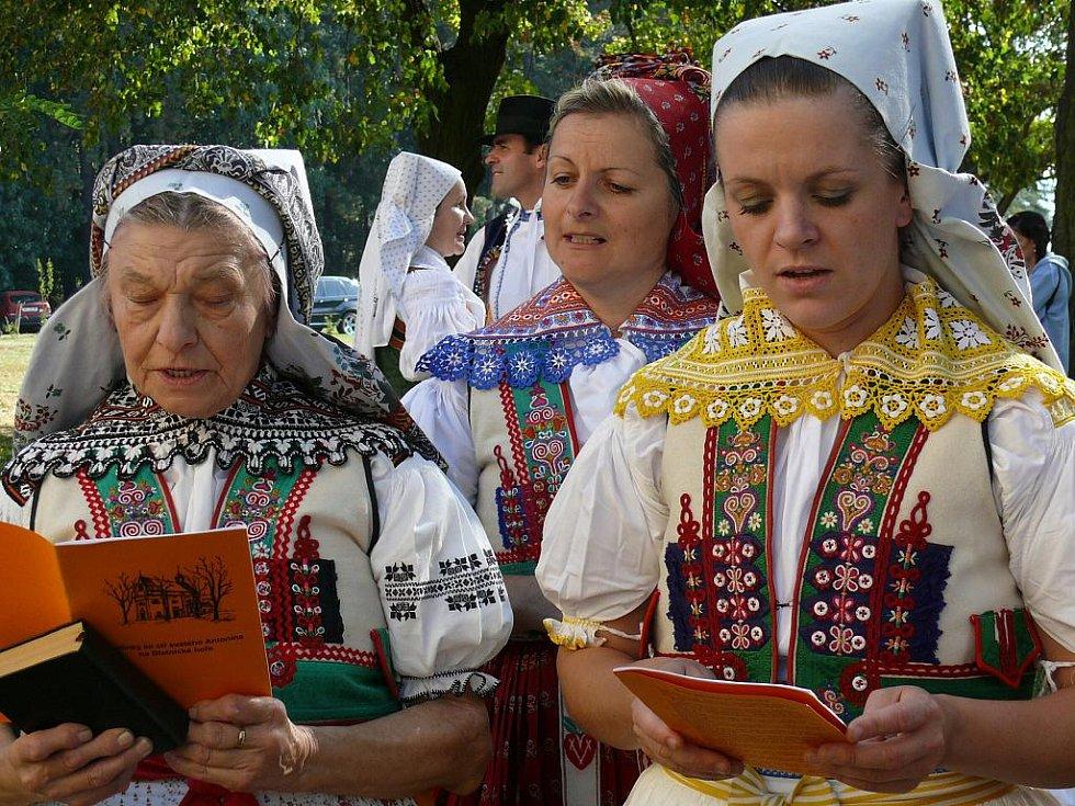 Ženy z Velké. Uprostřed autorka projektu Jana Trachtulcová.