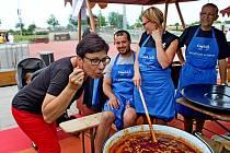 VKunovicích mělo premiéru vaření kotlíkového guláše soutěžními družstvy.