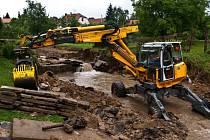 Bystřice pod Lopeníkem je jednou z obcí, kde práce na odstranění následků rychlé povodně stále trvají.