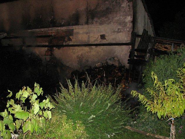 Plameny ničily přístřešek i s uloženým dřevem