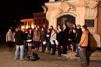 Vzpomínková akce k událostem, které mají vztah ke dvěma sedmnáctým listopadovým dnům dvacátého století, padesát let od sebe vzdálených, se uskutečnila v sobotním podvečeru U Rozárky, Morového sloupu, na Mariánském náměstí v Uherském Hradišti.