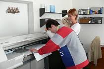 Majitelka společnosti Propag z Břestu Eva Chovancová (na snímku vpravo) právě přihlíží výrobě potisku.