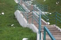 Zbytky polystyrenu vandalové rozházeli kolem městských schodů i okolí rekonstruovaného bytového domu.
