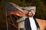 Národní symbol naší republiky - Československá, nyní Česká státní vlajka, se výtvarníkovi Marku Vráblíkovi stala  v Uherském Brodě předlohou pro vytvoření památníku událostí v listopadu 1989. Na snímku autor díla Marek Vráblík