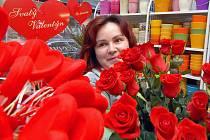 Růží a srdíček jsou plná květinářství.