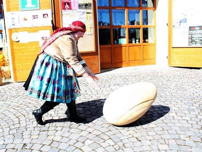 Rozhýbat dřevěné vejce plné železných kulí nebylo pro ženy snadné. Mužům to šlo.