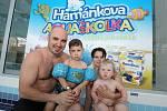 Malí neplavci by si určitě neměli nechat ujít výuku v Hamánkově aquaškolce. Ta bude opět otevřena v září.