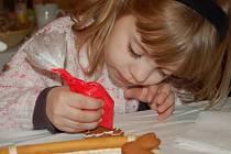Děti zdobení vyfouklých vajíček a sladkých perníčku moc bavilo.