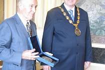 Ocenění předal primáři Kaniovi starosta Uherského Hradiště Libor Karásek