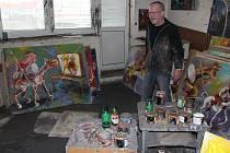 Malíř Tomáš Měsťánek pracuje v ateliéru na několika dílech.