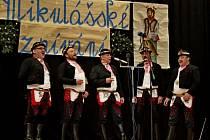 MIKULÁŠSKÉ ZPÍVÁNÍ. Tradičního Mikulášského zpívání se v Nedakonicích zúčastnilo dvaasedmdesát zpěváků a zpěvaček ze Slovácka.