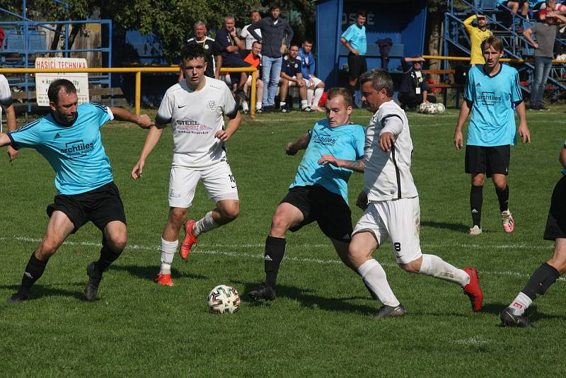 Fotbalisté Ořechova (bílé dresy) v hodovém derby porazili Polešovice 2:0.