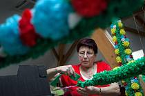 Ženy ve středu 8. února připravovaly v kunovické knihovně tradiční papírovou výzdobu na květnovou jízdu králů.