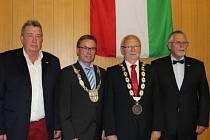 Nejvyšší představitelé obou měst spolu se zakladateli partnerství – s tehdejším primátorem Mayenu G.Lauxem (vlevo) a bývalým uherskohradišťským starostou L.Šupkou.