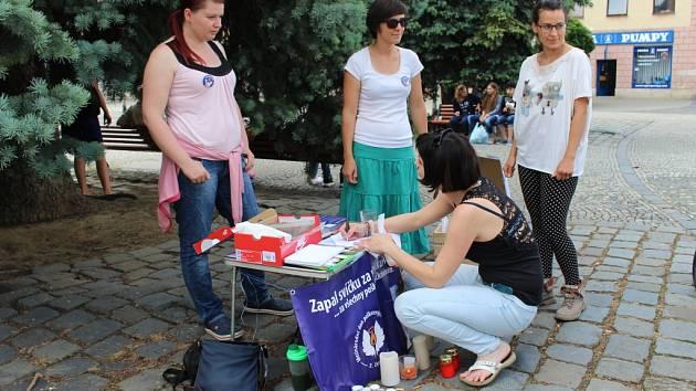 Účastníci pietní akce v Uherském Hradišti v pátek 3. června chtěli upozornit na některá úskalí, spojená s dětským očkováním.