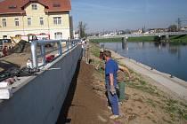 Protipovodňová zídka na Moravním nábřeží v Uherském Hradišti.
