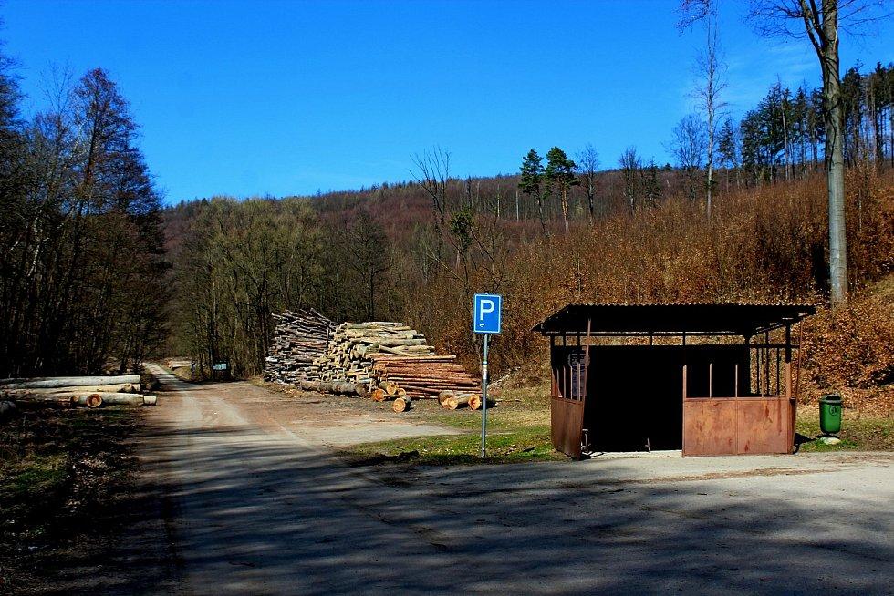 Vstupní brána do Chřibů je vesnička Salaš. Autobusová točna na horním konci.
