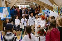 K vidění je několik desítek dětských prací z dvaceti mateřských škol na Uherskohradišťsku. Obrázky si lze zakoupit za dobrovolný příspěvek.