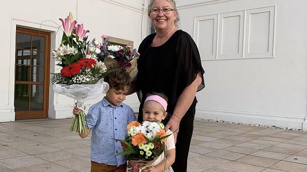 Marie Těthalová se svými vnoučaty.