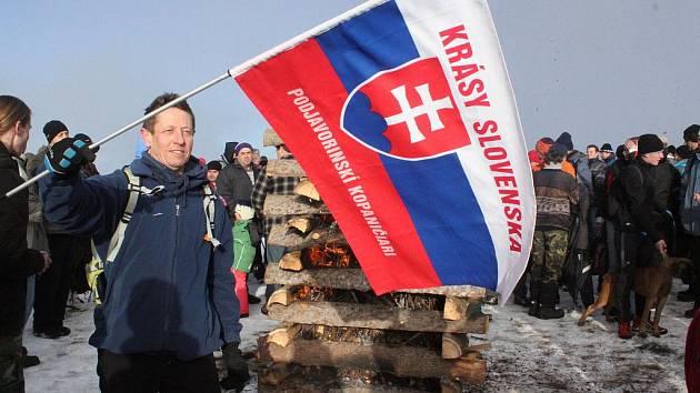 Poslední den v roce se uskutečnil tradiční výstup na Velkou Javořinu, kde zazněla československá hymna a vzplála vatra bratrství.