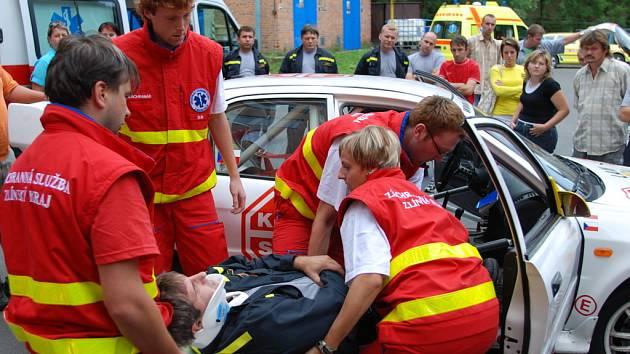 Záchranáři si nejprve zkusili vytáhnout posádku z havarovaného závodního vozu. Práci jim ztěžoval velice úzký prostor mezi rámy auta. Potom zase zkoušeli co nejrychleji vyprostit zraněné z bouraných aut, kdy jedno bylo na boku. Při tom museli hasiči použí