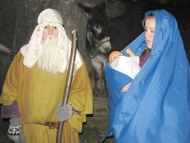 Narodil se v Betlémě. Zahříval ho oslíček.