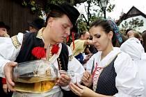 Vinný mok a burčák tekl před domy vinařů. Ochutnávala jej nejen rada starších, ale i občané.