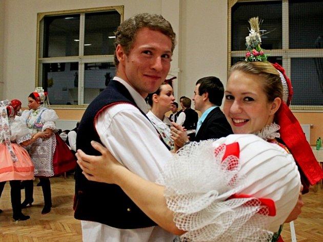 KRÁSA KROJŮ. Na 19. krojovém plese v Nedakonicích se sešlo na 137 krojovaných z různých obcí Slovácka.