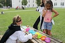 POD VĚŽEMI. Děti měly při soutěžích a hrách baziliku za zády.
