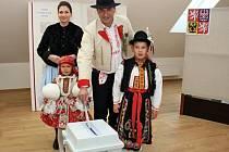 Volby v Polešovicích. Starosta městyse Michel Zapletal srodinou