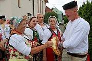 Krojované dožínkové slavnosti stále patří kživotu lidí vměstské části Uherského Hradiště, v Míkovicích, byť se konají jednou za dva roky.