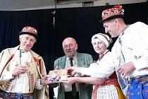 Zleva autoři František Okénka a František Šalé při křtu knížky.