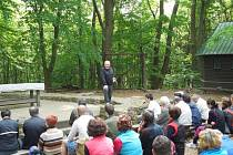 Archeolog Luděk Galuška hovoří k účastníkům na hoře sv. Klimenta.