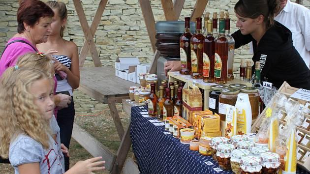 Na sobotním Dnu medu a medoviny v archeoskanzenu Modrá nechyběl medový jarmark, košt medu i lahodné medoviny.
