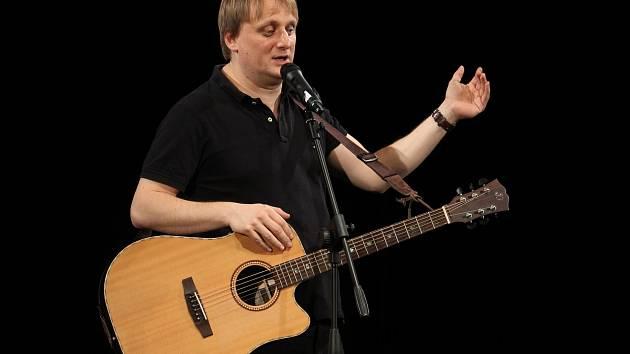 Lukáš Pavlásek přijel s one man show do Ostrožské Nové Vsi.