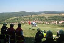 Nehoda v lese u Pitína, pro zraněného muže musel přiletět vrtulník